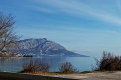 Bella vista panoramica al mare ed all'isola fotografia stock libera da diritti