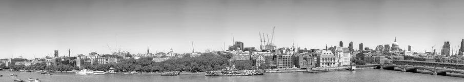 Bella vista panoramica dell'orizzonte di Londra lungo il Tamigi sopra Fotografie Stock Libere da Diritti