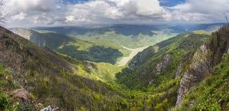 Bella vista panoramica della montagna di Cesalpina e del fiume di Drina a Bil Fotografia Stock