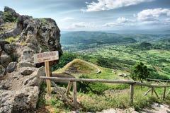 Bella vista panoramica della valle dal punto di vista di pietra Immagini Stock