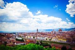 Bella vista panoramica Florence Firenze, chiese italiane di rinascita Paesaggio di estate Giorno soleggiato, cielo blu con i cumu immagini stock libere da diritti