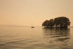 Bella vista scenica del lago geneva e di piccolo islandvicino alla R Fotografia Stock