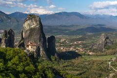 Bella vista scenica del monastero ortodosso nelle montagne della Grecia Immagine Stock