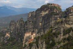 Bella vista scenica del monastero ortodosso nelle montagne della Grecia Fotografia Stock
