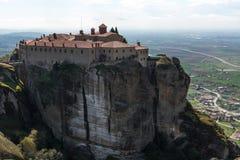 Bella vista scenica del monastero ortodosso nelle montagne della Grecia Fotografia Stock Libera da Diritti