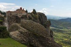 Bella vista scenica del monastero ortodosso nelle montagne della Grecia Fotografie Stock