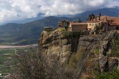 Bella vista scenica del monastero ortodosso nelle montagne della Grecia Fotografie Stock Libere da Diritti