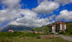 Bella vista scenica del paesino di montagna con un hotel accogliente fotografie stock