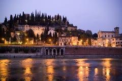 Bella vista scenica della collina con Castel San Pietro al tramonto Fotografia Stock Libera da Diritti
