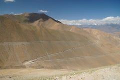 Bella vista scenica della strada della serpentina dell'alta montagna in liscio Immagini Stock Libere da Diritti