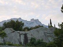 Bella vista scenica delle catene montuose rocciose vicine circondate dagli alberi verdi Fotografia Stock Libera da Diritti