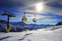 Bella vista stupefacente della stazione sciistica di St Moritz in Svizzera con trasporto della seggiovia del cavo Fotografia Stock