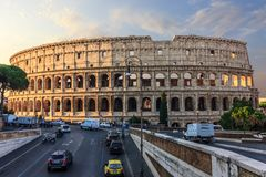 Bella vista su Colosseum e su una strada vicino fotografie stock libere da diritti