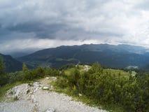 Bella vista su paesaggio dei moutains delle dolomia e su una foresta di gree con la a con le casette nella valle Il Tirolo del su Fotografie Stock