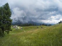 Bella vista su paesaggio dei moutains delle dolomia e su una foresta di gree con la a con le casette nella valle Il Tirolo del su Immagine Stock