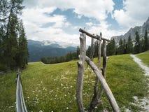 Bella vista su paesaggio dei moutains delle dolomia e su una foresta di gree tramite i recinti di legno con un certo constraction Immagine Stock