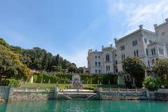 Bella vista sul castello di Miramare in Italia Immagini Stock