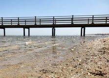 Bella vista sul mare sul mare blu in aria aperta con giallo sabbia immagine stock libera da diritti