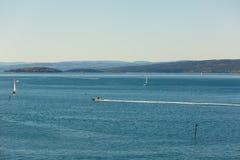 Bella vista sul mare con la navigazione bianca dell'yacht nel mare blu Immagini Stock