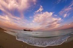 Bella vista sul mare con un relitto della nave sulla riva di Mar Nero Fotografia Stock