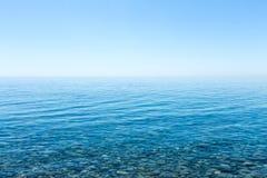 Bella vista sul mare con una vista dell'orizzonte e di un cielo senza nuvole Immagini Stock Libere da Diritti