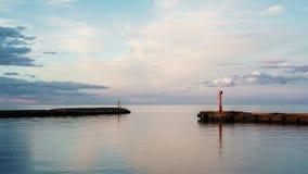 Bella vista sul mare dell'entrata in porto in Lettonia Vista sul mare Belle nubi fotografie stock libere da diritti