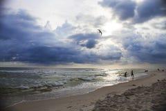 Bella vista sul mare delle onde del mare e del cielo nuvoloso Immagini Stock