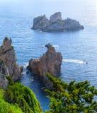 Bella vista sul mare di estate Vista della scogliera nel mare con la c Fotografia Stock