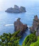 Bella vista sul mare di estate Vista della scogliera nel mare con la c Immagini Stock