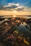 Bella vista sul mare Mare e roccia al tramonto Compositi della natura Immagine Stock Libera da Diritti