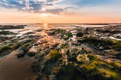 Bella vista sul mare Mare e roccia al tramonto Compositi della natura Fotografie Stock