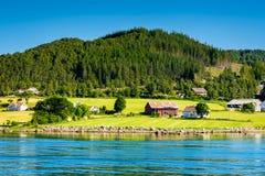 Bella vista sul mare norvegese dalla costa dell'incrocio di traghetto di Oanes, Norvegia Fotografia Stock