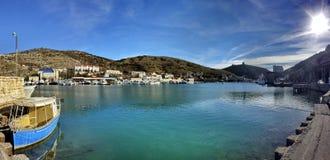 Bella vista sul mare perfetta sulla baia blu Immagini Stock Libere da Diritti