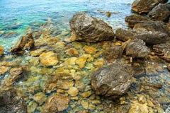 Bella vista sul mare Superficie del mare, rocce sulla spiaggia Immagine Stock Libera da Diritti