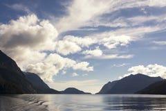 Bella vista sul paesaggio scenico del suono dubbioso, Fiordland, Nuova Zelanda immagine stock libera da diritti
