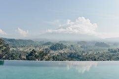 Bella vista sul vulcano fantastico Agung in Bali da nuoto immagine stock libera da diritti
