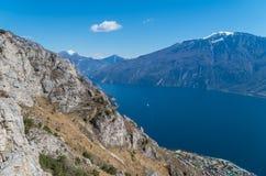 Bella vista sulla polizia dal fianco di una montagna, Italia del lago Fotografia Stock Libera da Diritti