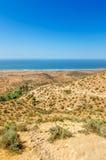 Bella vista sulla spiaggia oceanica dall'alta collina nel Marocco La serpentina della strada va verso l'oceano Immagini Stock Libere da Diritti