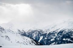 Bella vista sulla valle nella stazione sciistica in alpi svizzere Fotografie Stock