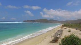 Bella vista tropicale del cielo blu e della spiaggia stock footage