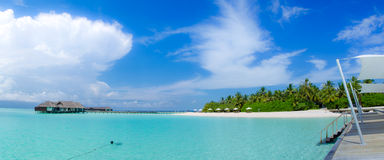 Bella vista tropicale di panorama della spiaggia alle Maldive Fotografie Stock Libere da Diritti