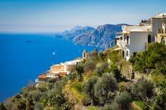 Bella vista variopinta delle case del villaggio del clill e del mare laterali della costa di Amalfi fotografia stock