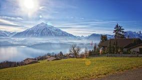 Bella vista vicino al lago Thun in alpi svizzere Immagine Stock Libera da Diritti