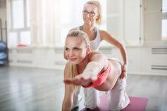 Bella yoga di addestramento della donna incinta con la vettura personale Fotografia Stock