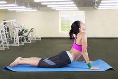 bella yoga di pratica della donna Fotografia Stock Libera da Diritti