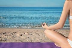 Bella yoga di pratica della giovane donna Fotografie Stock
