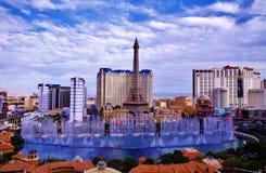 Bellagio de fontein toont onder Blauwe Hemel Stock Foto's