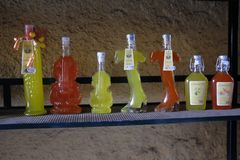 Bellagio: flaskor av limoncello utanför en souvenir` s shoppar Royaltyfria Bilder