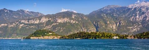 Bellagio halvö som ses från Mennagio över sjön Como royaltyfri fotografi