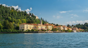 Bellagio idilliaca veduta dal lago Como alla luce solare di pomeriggio Immagini Stock